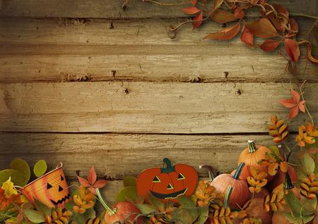 calabazas de halloween: Calabazas y hojas de otoño en fondo de madera