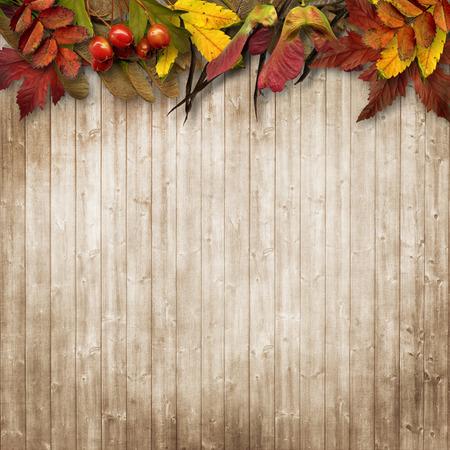 ヴィンテージの木製の背景に紅葉の境界線