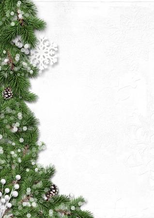 diciembre: Invierno frontera árbol con decoraciones aislados sobre fondo blanco Foto de archivo