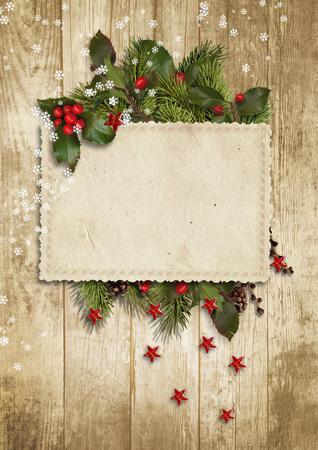 evergreen branch: Vintage tarjeta de Navidad con acebo, el abeto Foto de archivo