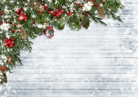ヒイラギ、ヤドリギ、コーン、モミの枝のクリスマス背景