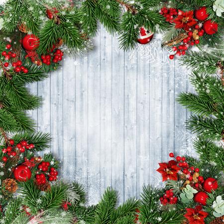 Fronteira de Natal com abeto, azevinho e guirlanda de Natal em madeira Foto de archivo - 92207844