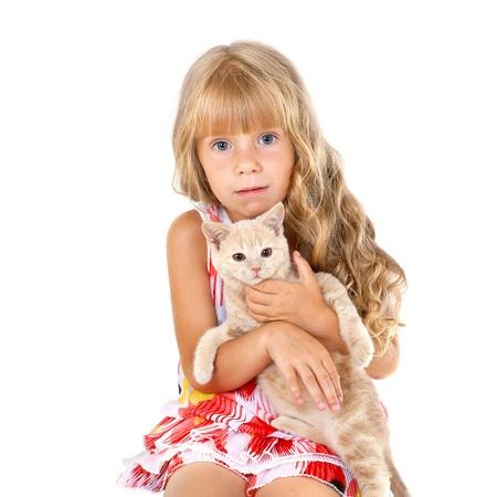 bambini pensierosi: Carino triste ragazza che abbraccia un gatto isolato su sfondo bianco