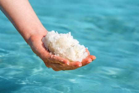女性開き手左右スパ デッド シーからの海の塩で