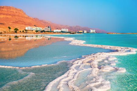 cielo y mar: Orilla sal del mar Muerto. Ein Bokek, Israel