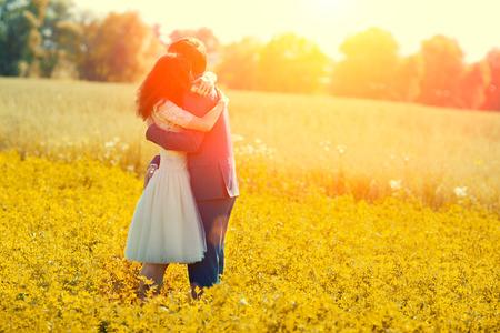 casados: Jast pareja casada abrazos en el prado