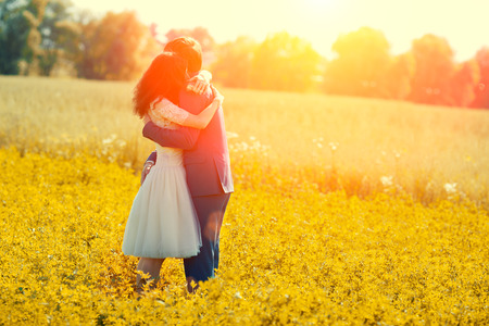 matrimonio feliz: Jast pareja casada abrazos en el prado