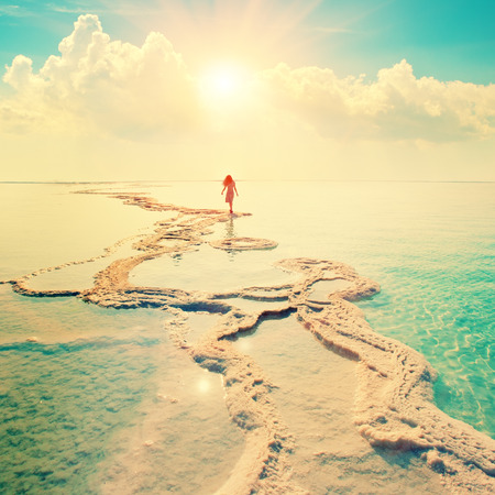 cielo y mar: Silueta de la mujer joven que recorre en Mar Muerto