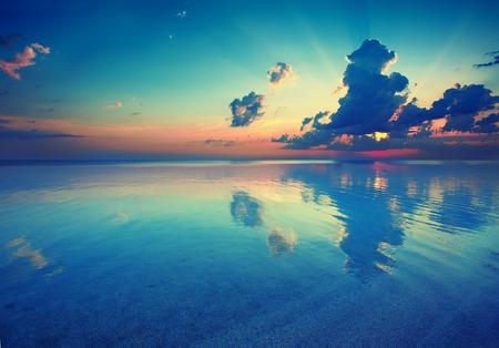 �sunset: Temprano en la ma�ana, salida del sol sobre el mar