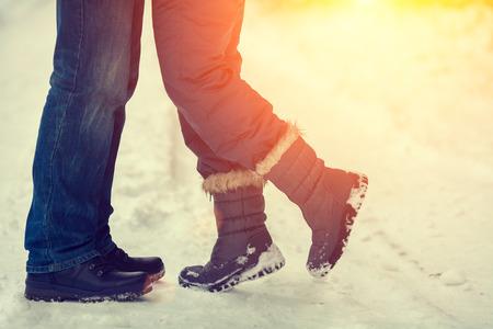 personas abrazadas: Las parejas en amor al aire libre en invierno