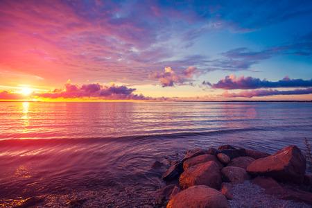 Vroeg in de ochtend, zonsopgang boven zee
