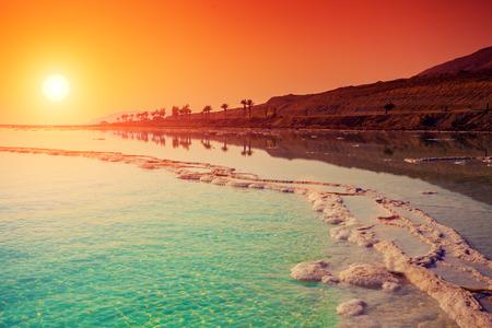 cielo y mar: Salida del sol sobre el mar Muerto. Foto de archivo