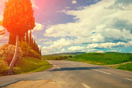 toskana: Asphalt road in valley, Tuscany, Italy