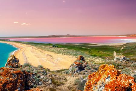 夕日の光でピンクの湖のパノラマ ビュー 写真素材
