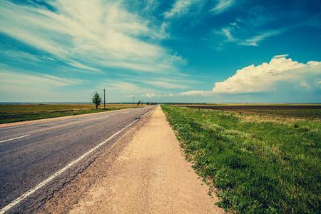 empedrado: carretera asfaltada en la estepa Foto de archivo