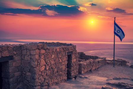 Hermoso amanecer sobre la fortaleza de Masada. Ruinas del palacio de rey Herodes en el desierto de Judaean.