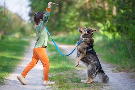 obey: perro de la escolarización de la niña al aire libre