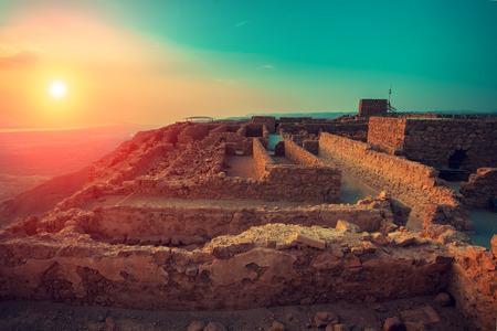 マサダ要塞の美しい日の出。Judaean の砂漠でヘロデ王の宮殿の遺跡。