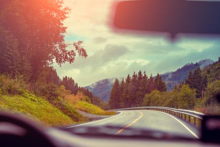 フロント ガラスからの眺め。山道で車を運転します。自然ノルウェー