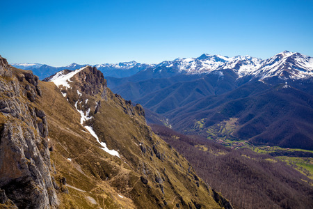 Bergkette, mit Schnee bedeckt. Nationalpark Gipfel Europas (Picos de Europa). Kantabrien, Spanien, Europa