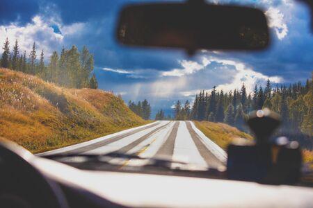 Conducir un coche por una carretera de montaña. Vista desde el parabrisas de la hermosa naturaleza de Noruega Foto de archivo