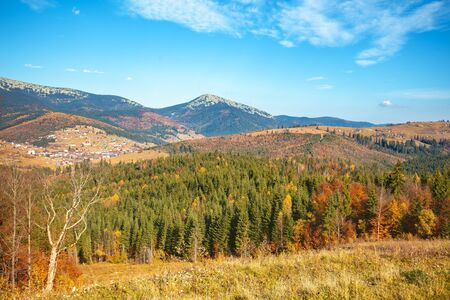 Mountain landscape on an autumn sunny day Imagens