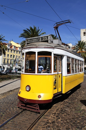 lisbonne: Typical yellow Tram in Lisbon street, Portugal