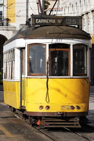 lisbonne: Typical Tram in old street, Lisbon, Portugal