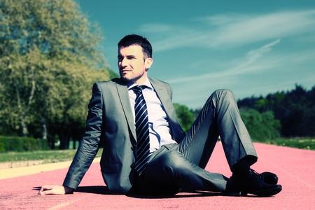 hombre de negocios sentado con el procesamiento fotográfico especial