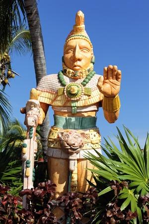 cultura maya: La estatua mexicana del hombre noble en un parque
