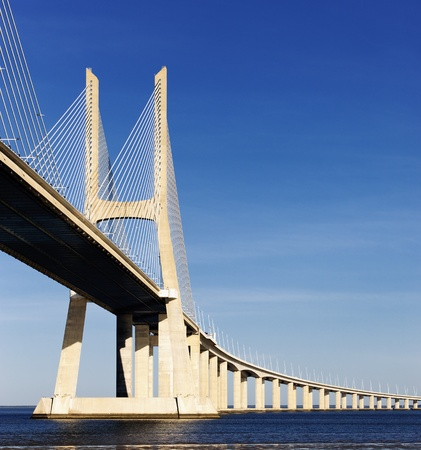 lisbonne: The big Vasco da Gama bridge in Lisbon, Portugal