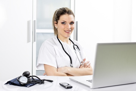 young woman doctor in hospital with computer Banque d'images