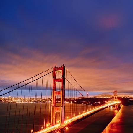 Nachtaufnahme mit Golden Gate Bridge und San Francisco leuchtet