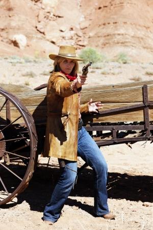 vaqueritas: vaquera mal con un arma en la mano Foto de archivo