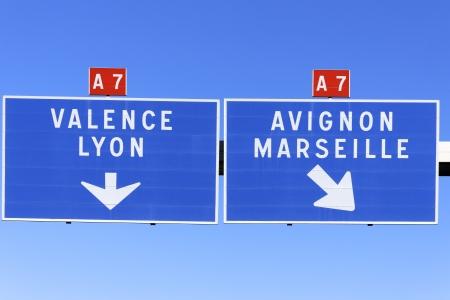 Un panneau routier indiquant la voie française à Marseille, Valence, Avignon et Lyon. Banque d'images - 16438430