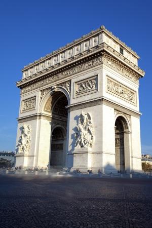triumphe: Vertical view of famous Arc de Triomphe, Paris, France