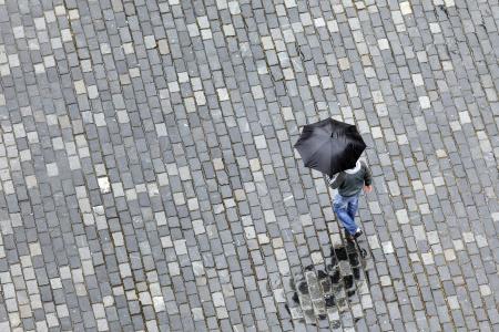 sotto la pioggia: uomo con ombrello a piedi sotto la pioggia