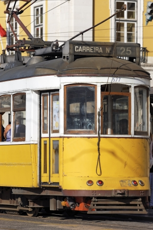 lisbonne: Typical yellow Tram in Lisbons street