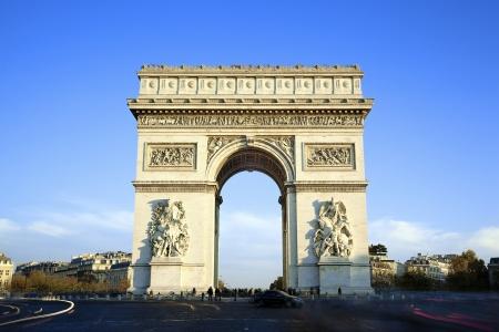 arcos de piedra: visión horizontal del famoso Arco del Triunfo en París Editorial