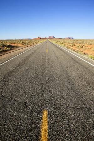 route desert: vue verticale d'une longue route am�ricaine � Monument Valley, �tats-Unis