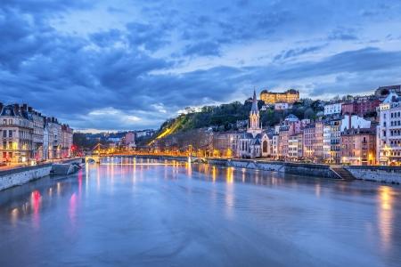 夜、フランスのリヨンでソーヌ川
