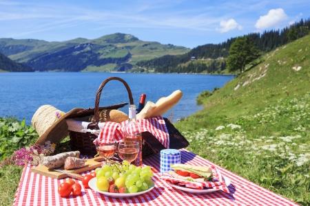 bread and wine: Comida campestre en las monta�as franc�s alpino con lago Foto de archivo