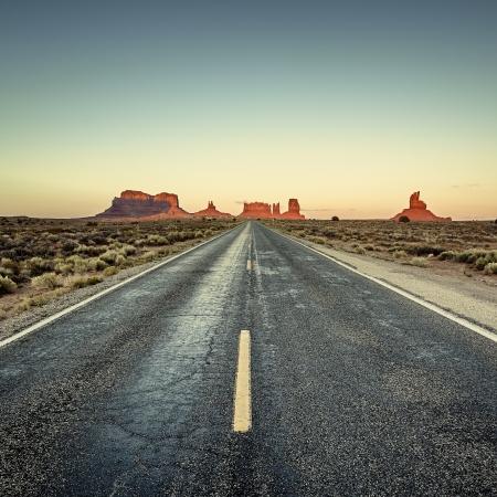 記念碑の谷、アメリカ合衆国への道の眺め 写真素材
