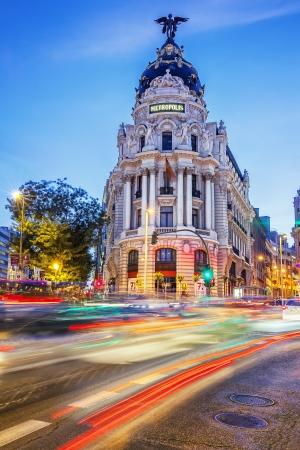 グランビア通り、夜マドリードの主要なショッピング街の交通信号の光線。スペイン、ヨーロッパ。 報道画像