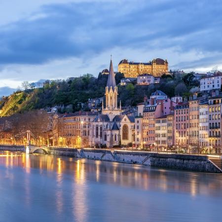夜、フランスのリヨンでソーヌ川のビュー 写真素材