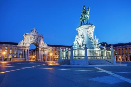 상거래 광장과 저녁 조명 왕 Joze I의 동상, 리스본, 포르투갈에보기. 스톡 콘텐츠