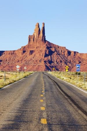 lejos: Largo camino a Monument Valley, EE.UU. Foto de archivo
