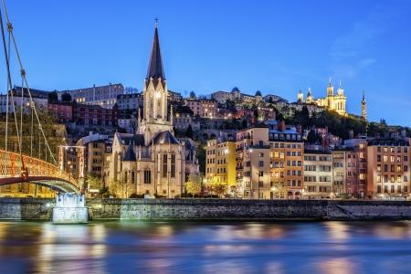 Beroemde uitzicht op Lyon met Saône rivier bij nacht