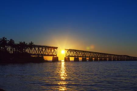 Mooie kleurrijke zonsondergang of zonsopkomst met kapotte brug