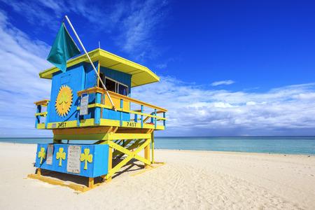 マイアミビーチ、フロリダ、典型的なカラフルなアールデコ スタイルでライフガード家